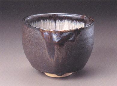 Black and White Cascading Glaze on Ginkgo Nut-shaped Tea Bowl