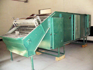 Machine for drying tea leaves